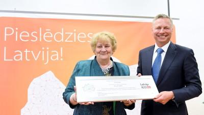 1-Rigas Aktivo senioru alianses vaditaja Terezija Mackare un Lattelecom valdes priekssedetajs Juris Gulbis